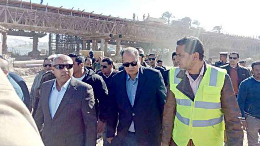 وزير النقل ومحافظ أسيوط يتفقدا أعمال إنشاء محور ديروط الجديد