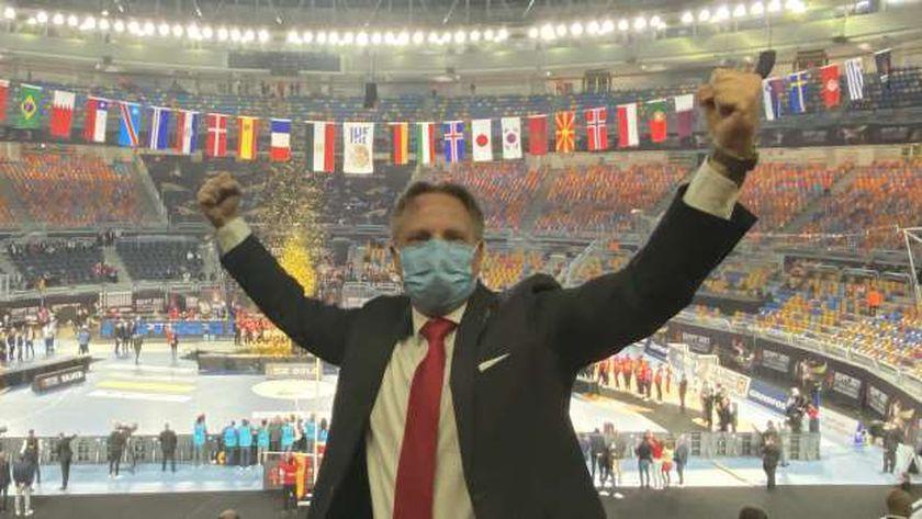 سفير الدنمارك بالقاهرة سڤند أولينج يحتفل بفوز بلاده بكأس العالم لكرة اليد