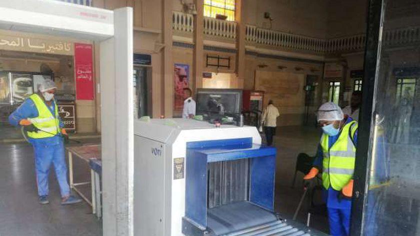 تعقيم بوابات الدخول وأجهزة الكشف عن المفرقعات بمحطات السكة الحديد لمواجهة كورونا