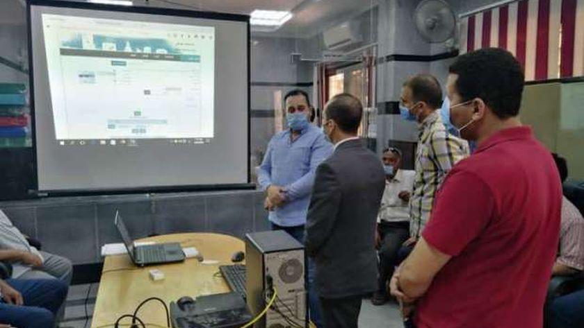 نائب محافظ سوهاج يتابع خطة تدريب العاملين بالمراكز التكنولوجية لخدمة المواطنين