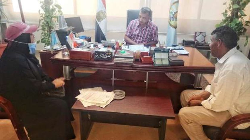 رئيس مدينة مرسى مطروح خلال لقائة مع بعض المواطنين بمكتبه