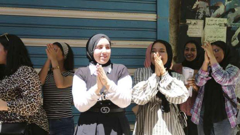 مجموعة من طالبات الثانوية العامة عقب انتهاء الامتحانات