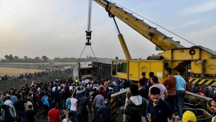 قطار بنها عقب الحادث.. والأهالى يهرولون لمساعدة المصابين
