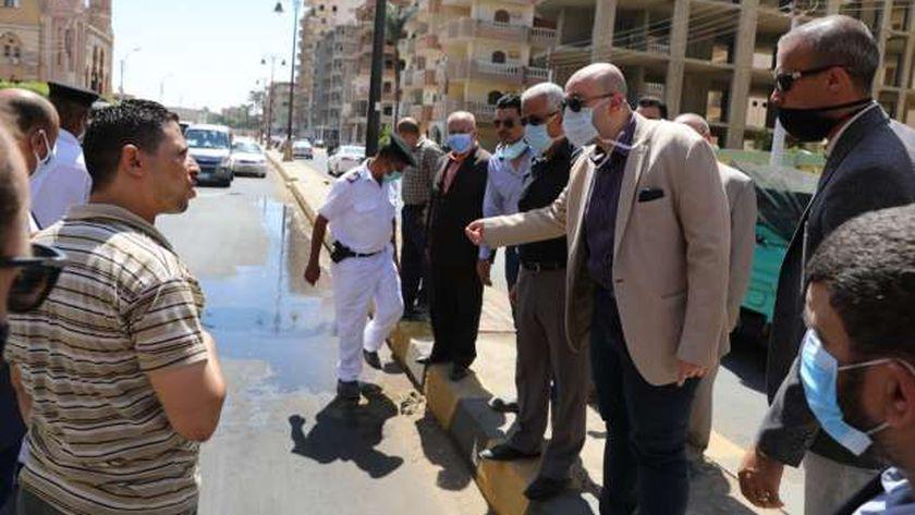 محافظ بني سويف يضبط مطعم يغسل معداته في الشارع