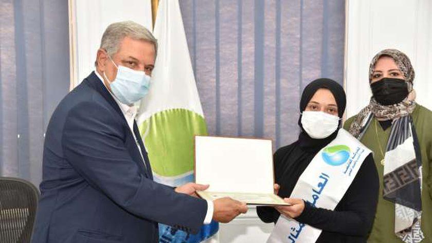 صورة رئيس «القابضة للمياه» يكرم العامل المثالي عن عام 2021 – مصر