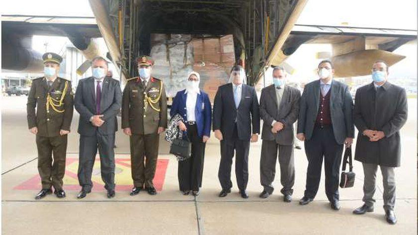 وزيرة الصحة الدكتورة هالة زايد مع طائرة المساعدات