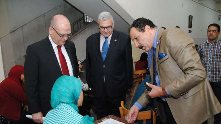 نائب رئيس جامعة عين شمس يتفقد لجان الامتحانات بكلية التجارة