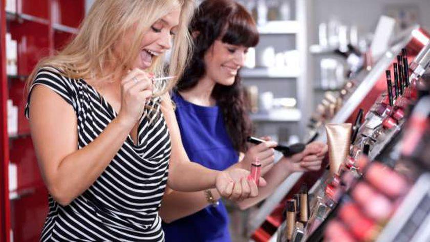 الصحة تحذر السيدات من تجريب مستحضرات التجميل في المولات بسبب كورونا