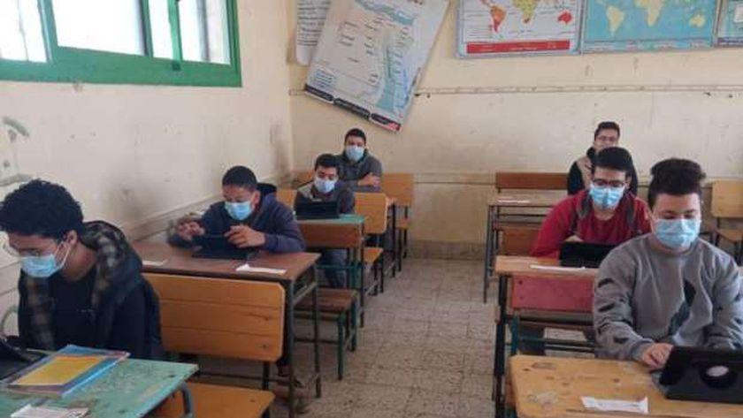 طلاب المرحلة الثانوية أثناء أداء امتحانات الترم الأول