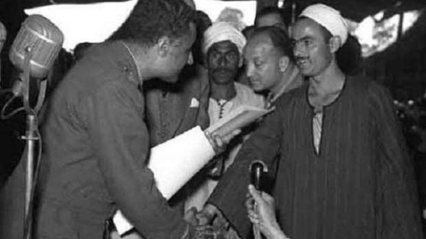 """""""ناصر"""" أثناء توزيع ملكية الأراضي على الفلاحين"""