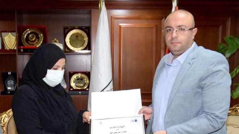 محافظ بني سويف يكرم أسرة طالبة توفيت بعد تفوقها بمسابقة دولية
