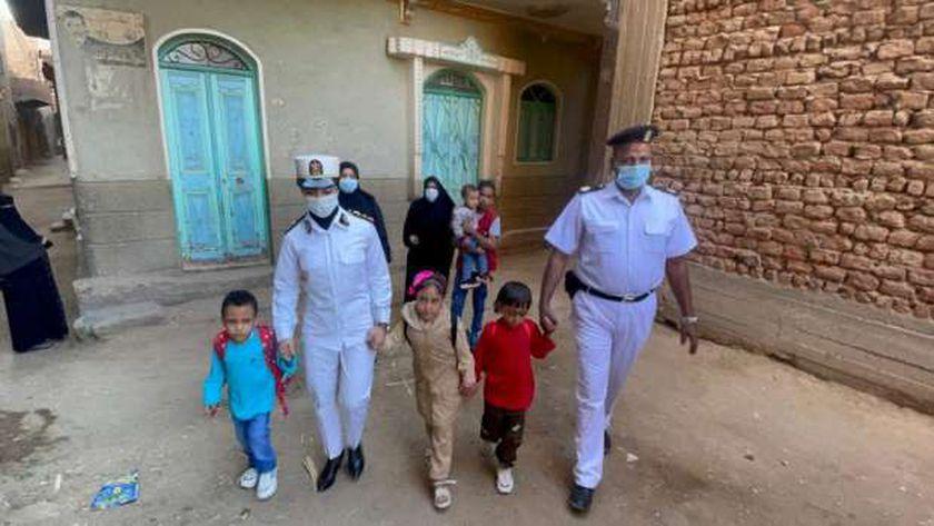 قيادات وضباط الشرطة اصطحبوا أبناء الشهداء للمدارس في أول يوم دراسي (صور)