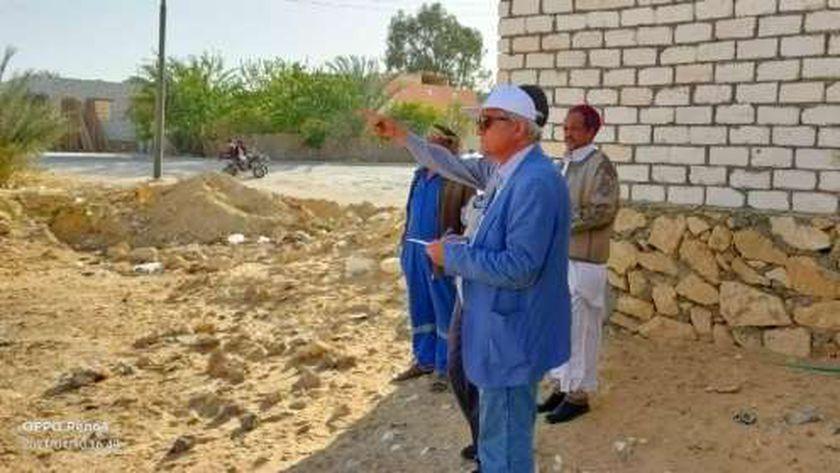 رئيس شركة مياه مطروح خلال زيارته سيوة لمتابعة المشروعات الجديدة للصرف