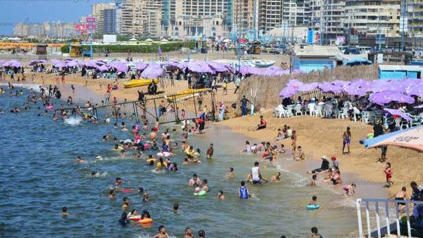 صورة أرشيفية لشواطئ الإسكندرية بالموسم الصيفي