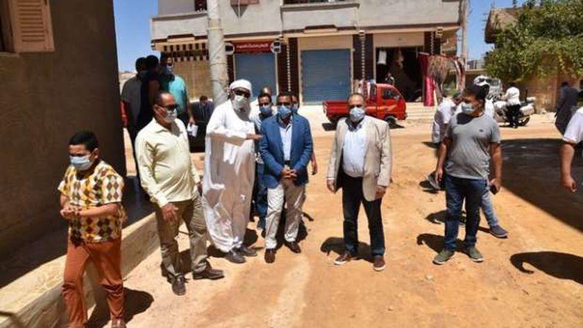 محافظ مطروح خلال تفقده شوارع الكيلوا 4 بعد تسويتها