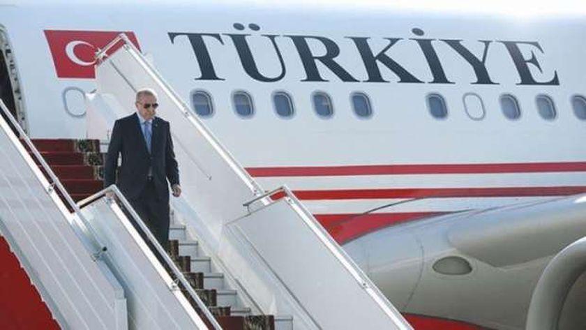أردوغان ينزل من طائرة الرئاسة