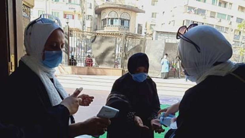 لحظة دخول إحدى السيدات للمسجد