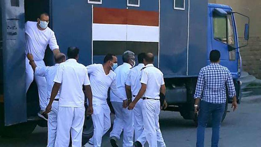 وصول المتهمين لجلسة الحكم على طبيب السجود للكلب