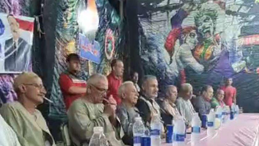 """خلفية مرعبة للسرادق ومجسم لـ """"ديك"""" في مؤتمر انتخابي ببني سويف"""