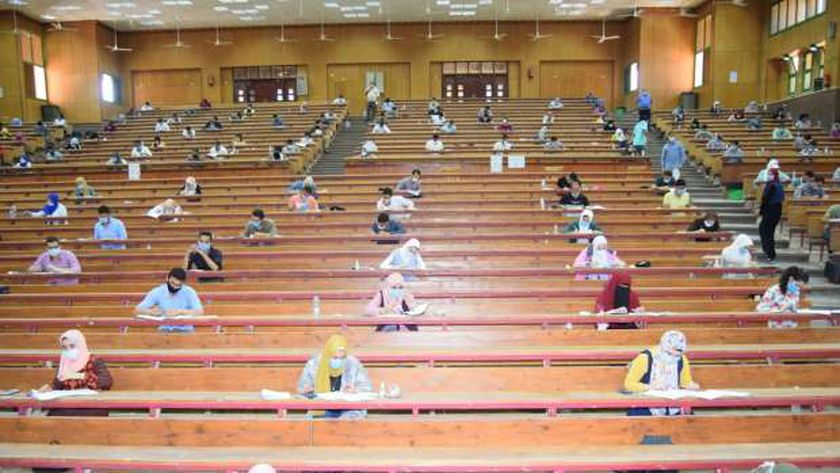 2360 طالب وطالبة بالفرقة النهائية بتجارة سوهاج يؤدون امتحانات الفصل الدراسي الثاني