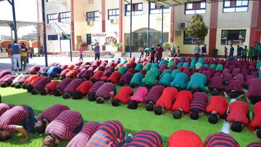 تلاميذ «الرسالة» بالفيوم أثناء صلاة الجماعة فى حوش المدرسة