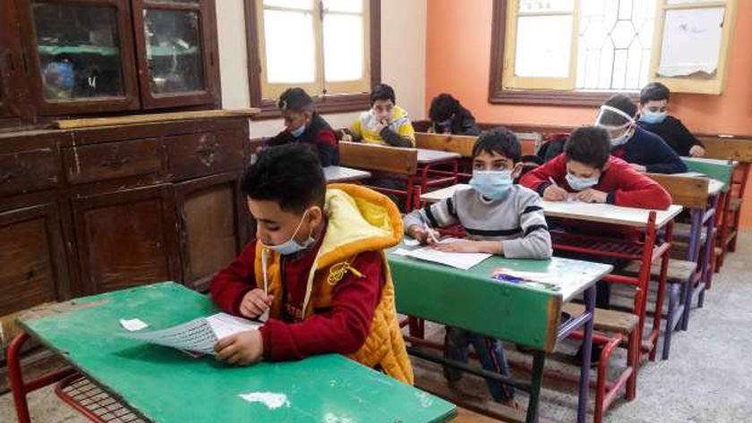 طلاب أثناء أداء امتحانات الترم الأول