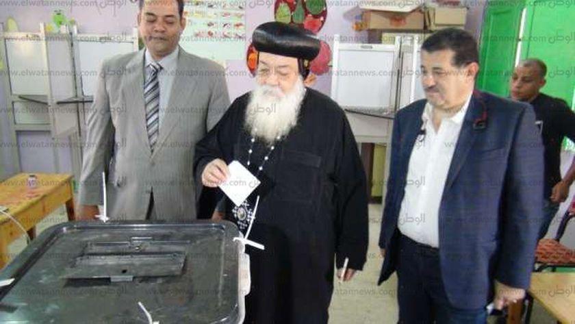 مطران أسوان خلال مشاركته في انتخابات سابقة