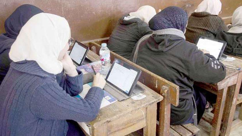 صورة أرشيفية لطالبات الثانوية العامة أثناء استخدام التابلت