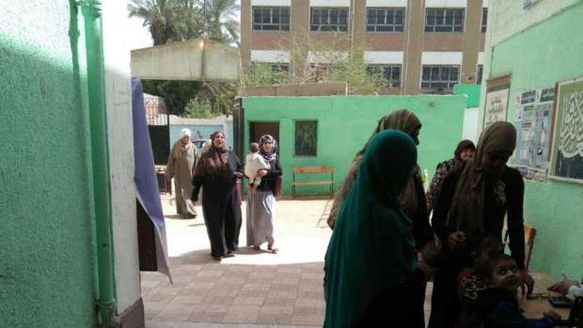 مواطنون يدلون بأصواتهم ي مدرسة نصر عبد الحكيم قاسم بالبدرشين