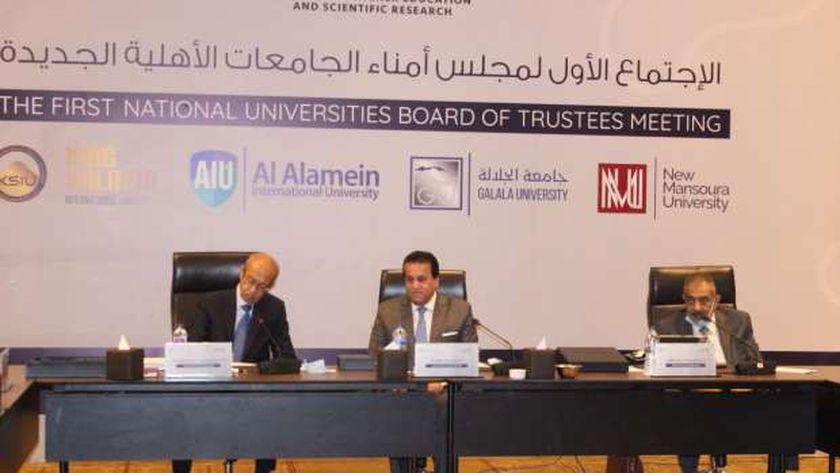 وزير التعليم العالي خلال الاجتماع