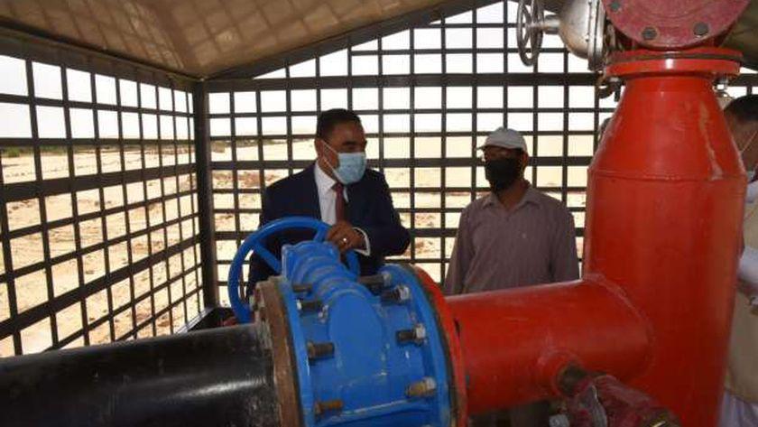 اللواء خالد شعيب محافظ مطروح خلال تشغيل بئر مياه سيوة الجديد بمنطقة الأمهات