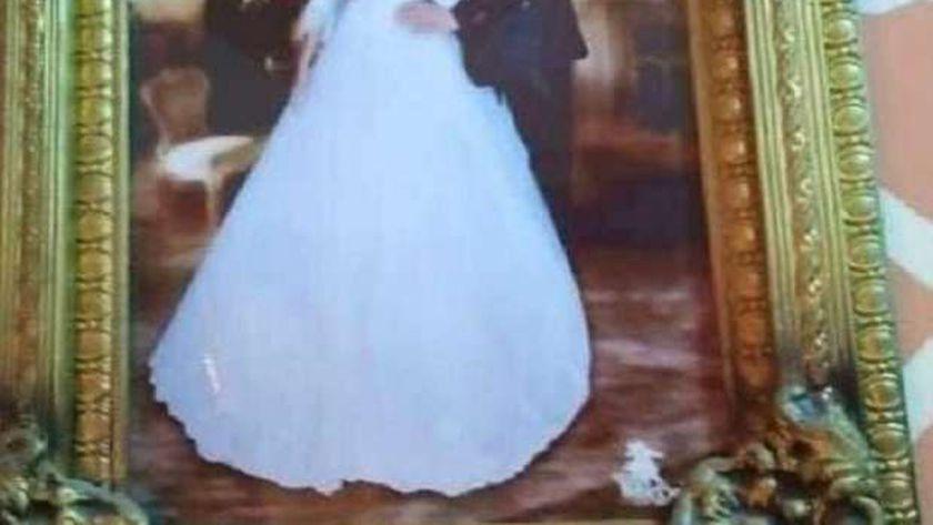 صورة تؤرخ لحفل زفاف والدي الطفل الرضيع
