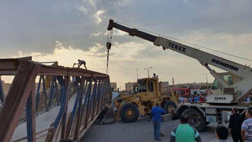 رفع أنقاض كوبري المشاة بحي الزهراء