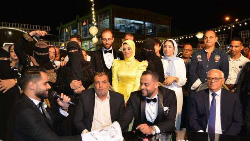 محافظ بورسعيد يلبى دعوة شاب لزفافه
