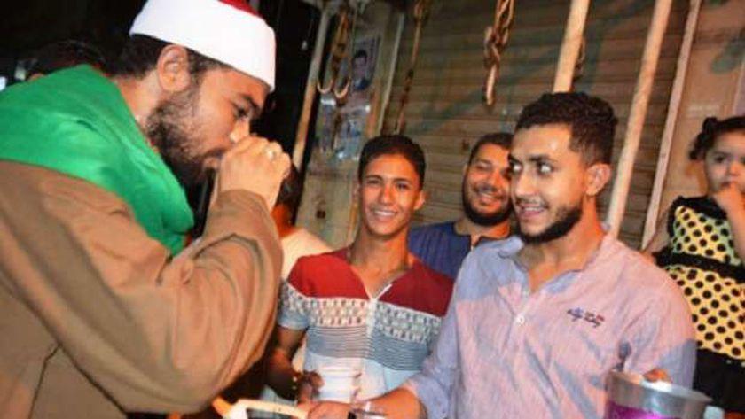 أقباط مدينة إسنا يقدمون العصائر احتفالًا بالمولد النبوي الشريف في الأقصر