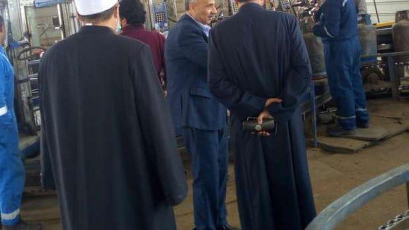 جانب من لقاء مدير أوقاف مطروح مع مدير مصنع الغاز  بمطروح وتحدثه مع العاملين
