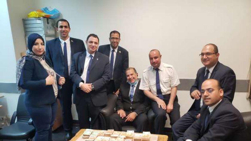 اللجنة ضبطت مبلغ 169 ألف و600 يورو مخبأة بين طيات ملابس المشتبه بها داخل حقائبها