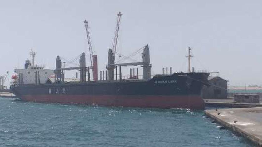 سفينة تعبر الميناء