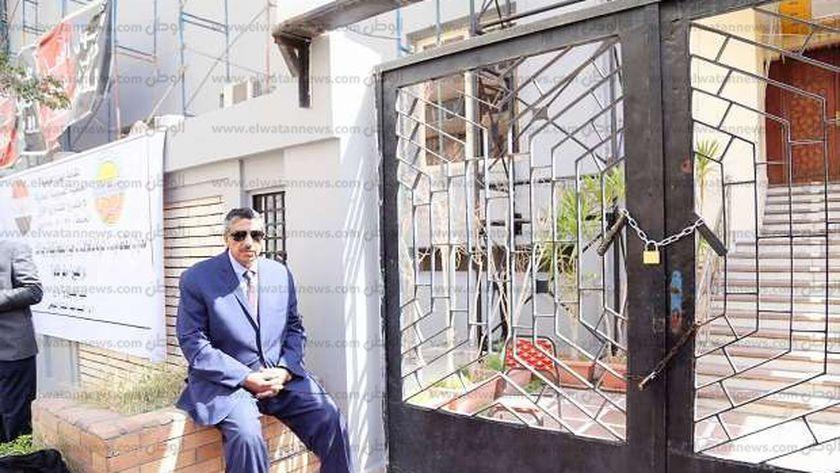 نقيب العلميين أمام مقر مدينة نصر أثناء سيطرة بعض أعضاء المجلس عليه
