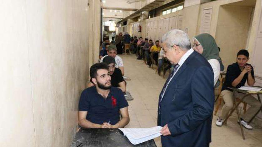 نائب رئيس جامعة طنطا يتفقد امتحانات نهاية العام بكليتى الحقوق والصيدلة