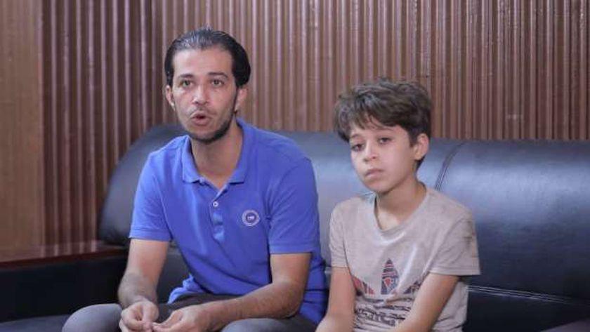 الطفل «زياد» مع والده