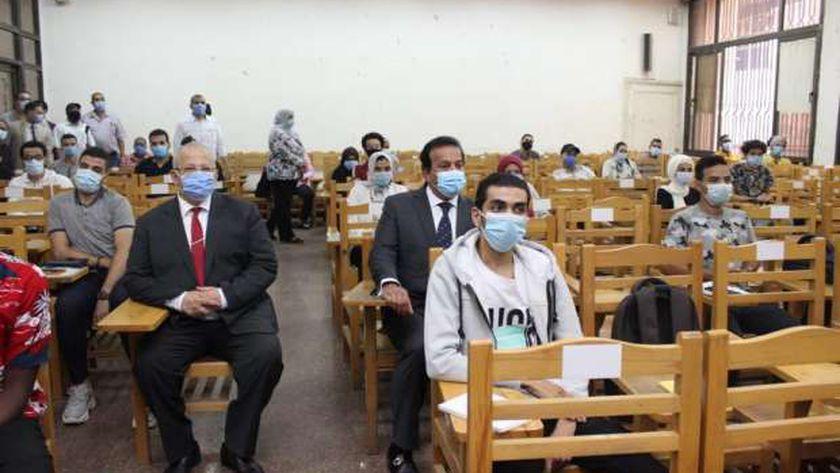 """""""عبدالغفار"""" يتابع انتظام العملية التعليمية بجامعتي القاهرة وعين شمس"""