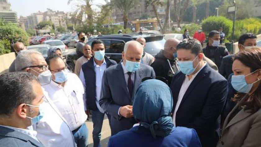 محافظ الجيزة يزور مصابي حادث انقلاب أتوبيس مدرسة اللغات بمنطقة الرماية
