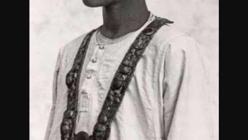 الطفل حسين عبدالرسول يرتدى قلادة توت عنخ امون