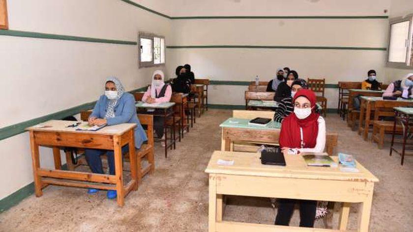 الطالبات يرتدن الكمامات الطبية داخل لجان الامتحانات بسبب كورونا - صورة أرشيفية