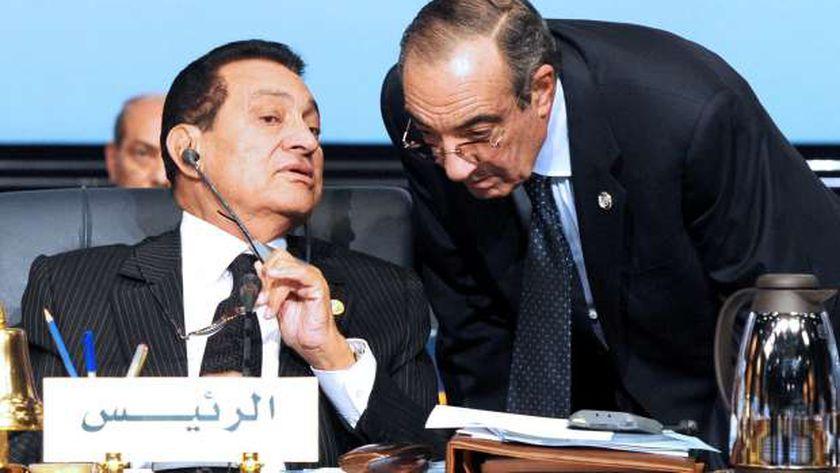 «مبارك» خلال حديثه لزكريا عزمى فى أحد الاجتماعات