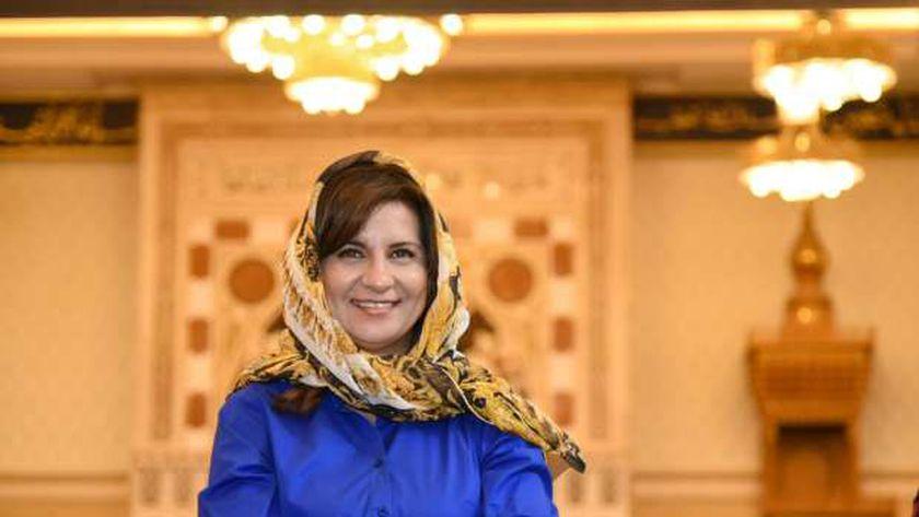 السفيرة نبيلة مكرم وزيرة الهجرة ترتدي الحجاب في زيارة مسجد الفتاح العليمي