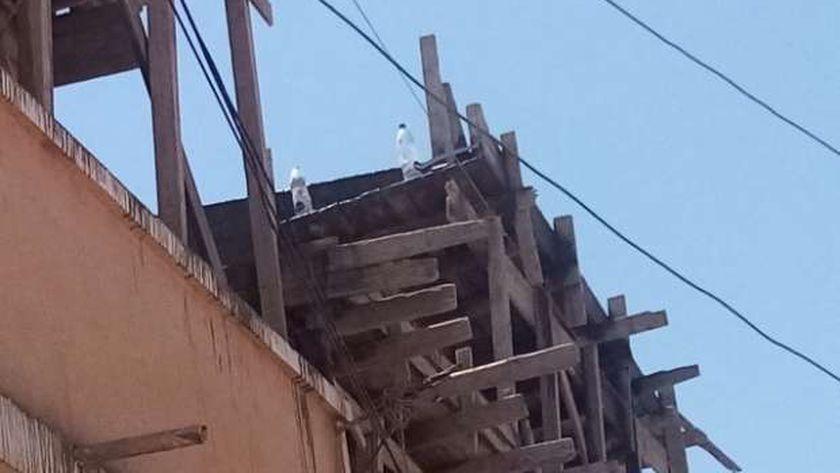 جانب من أعمال بناء مخالف فى مبنى بعزبة الشيخ عطيوة بالكيلو 1 بمطروح