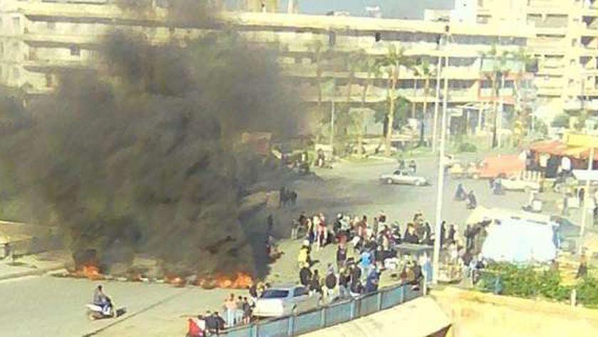 محتجون لبنانيون يقطعون بعض طرق ساحة عبدالحميد كرامي في «طرابلس»