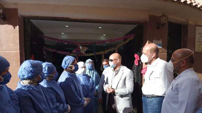 وكيل صحة الشرقية يوزع الحلوي على العاملين بمستشفى العزل إحتفالا بالعيد